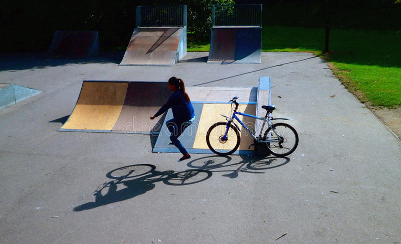Abstrakte Foto-Manipulations-unsichtbare Mountainbike-Illusion Skatepark stockfotografie