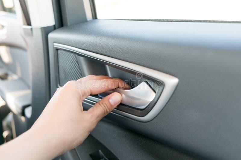 Abstrakte Frauen übergeben das Öffnen der Autotür, Nahaufnahme eines Handselektiven Fokus und mit einer sehr flachen Schärfentief stockfotografie