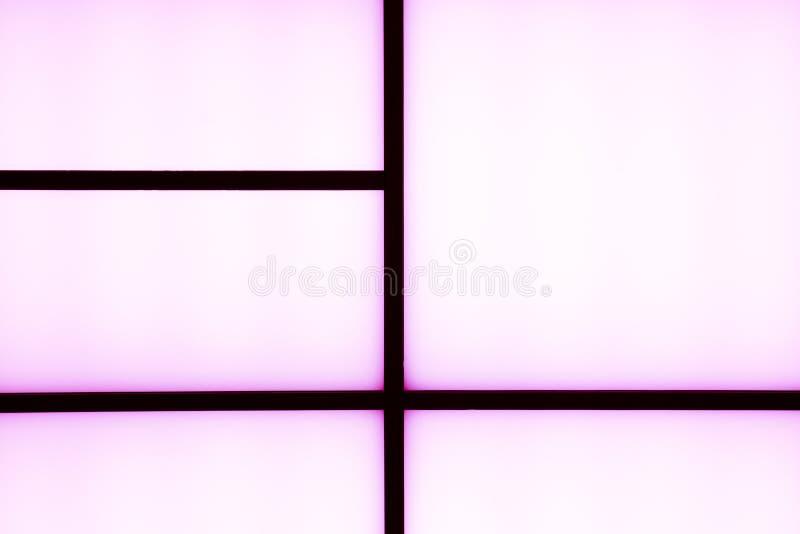 Abstrakte geometrische schwarze Streifen mit Purpurlicht auf einem hellen wh lizenzfreies stockbild