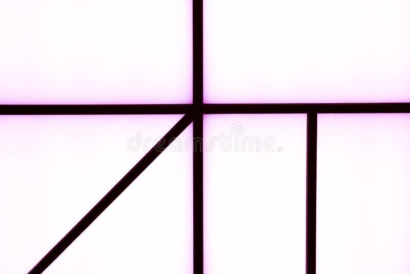 Abstrakte geometrische schwarze Streifen mit Purpurlicht auf einem hellen wh lizenzfreie stockfotografie