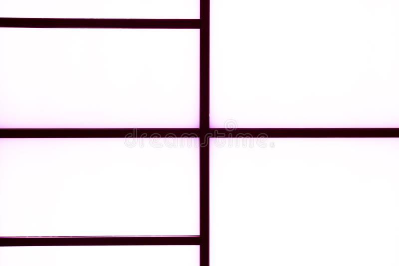 Abstrakte geometrische schwarze Streifen mit Purpurlicht auf einem hellen wh stockfoto