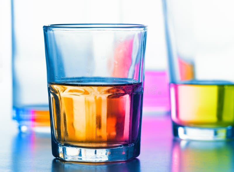 Abstrakte Gläser mit Flüssigkeit lizenzfreie stockfotos