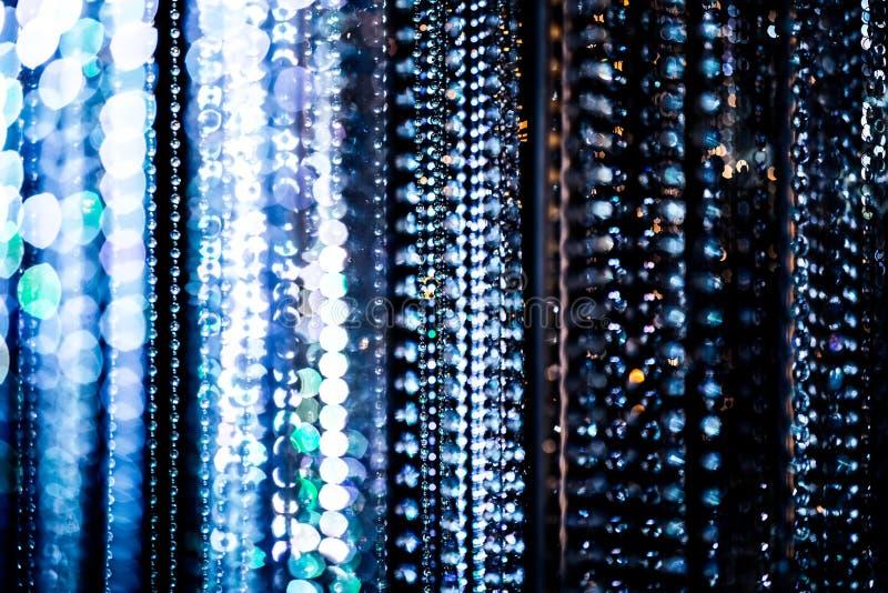 Abstrakte Glaskugeln, die an den Nylonschnüren hängen lizenzfreies stockfoto