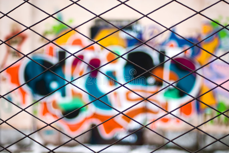 Abstrakte Graffiti durch Metallstabzaun lizenzfreies stockbild