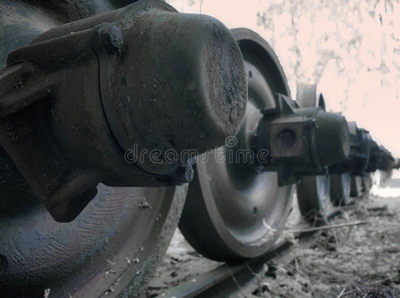 Abstrakte Großaufnahme der Eisenräder eines Zugs, zusammengebaut auf dem Abstellgleise, Transport lizenzfreies stockbild