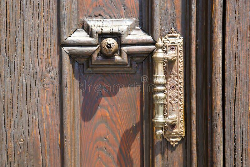 abstrakte Haustür in Italien Lombardei schloss Nagel ru stockfoto