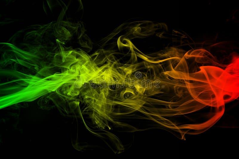 Abstrakte Hintergrundrauchkurven- und -wellenreggae färbt grün, gelb, Rotes gefärbt in der Flagge von Reggaemusik stockbilder