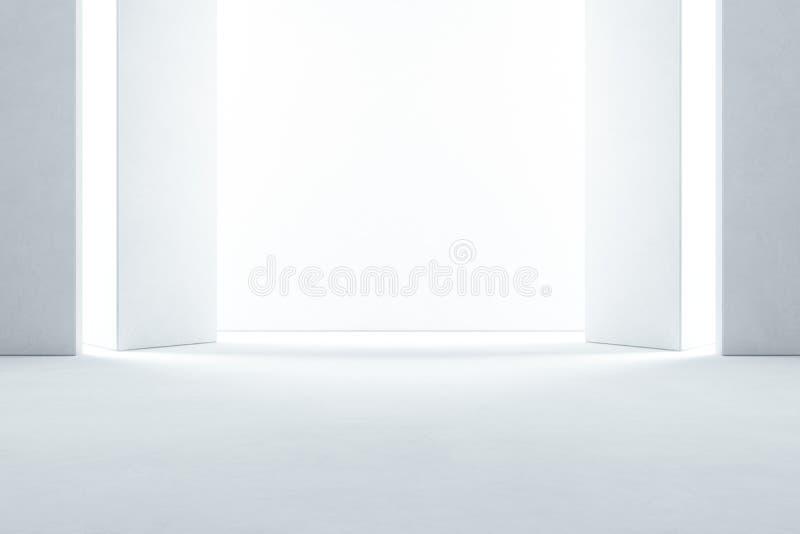 Abstrakte Innenarchitektur des modernen Ausstellungsraums mit leerem konkretem Boden und weißem Wandhintergrund - Hall- oder Stad lizenzfreie stockfotos
