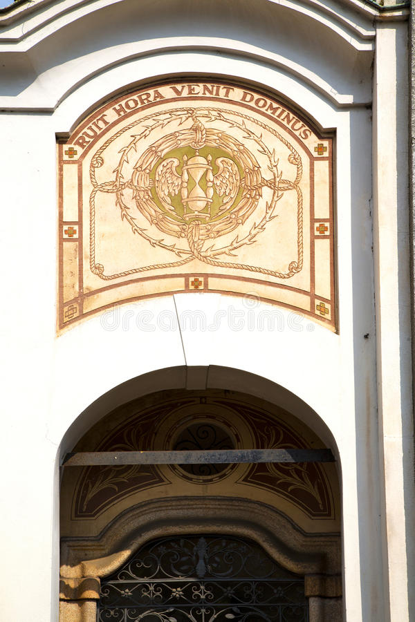 abstrakte Kirchentürspalte das alte geschlossene Mailands lizenzfreies stockbild