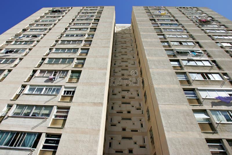 Abstrakte konvergierende Zeilen eines hohen hohen Anstieg-Wohnblocks stockfotografie