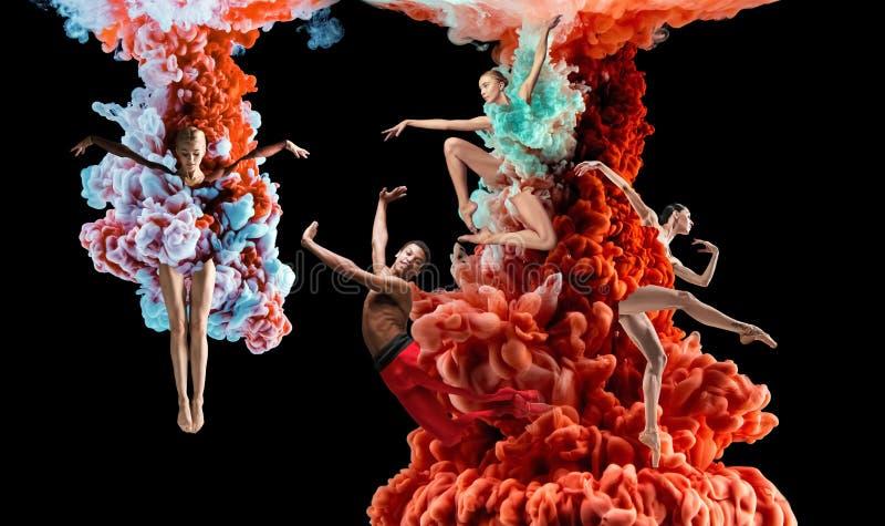 Abstrakte kreative Collage gebildet durch die Farbe, die im Wasser sich auflöst lizenzfreie stockbilder