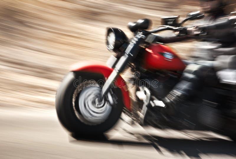 Abstrakte langsame Bewegung, Radfahrerreitmotorrad lizenzfreies stockbild