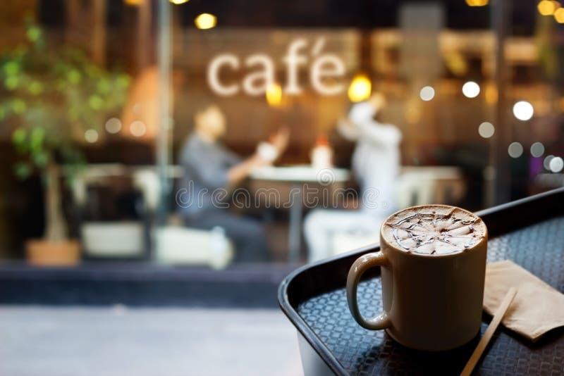 Abstrakte Leute im Kaffeestube- und Textcafé vor Spiegel, Weichzeichnung lizenzfreies stockbild