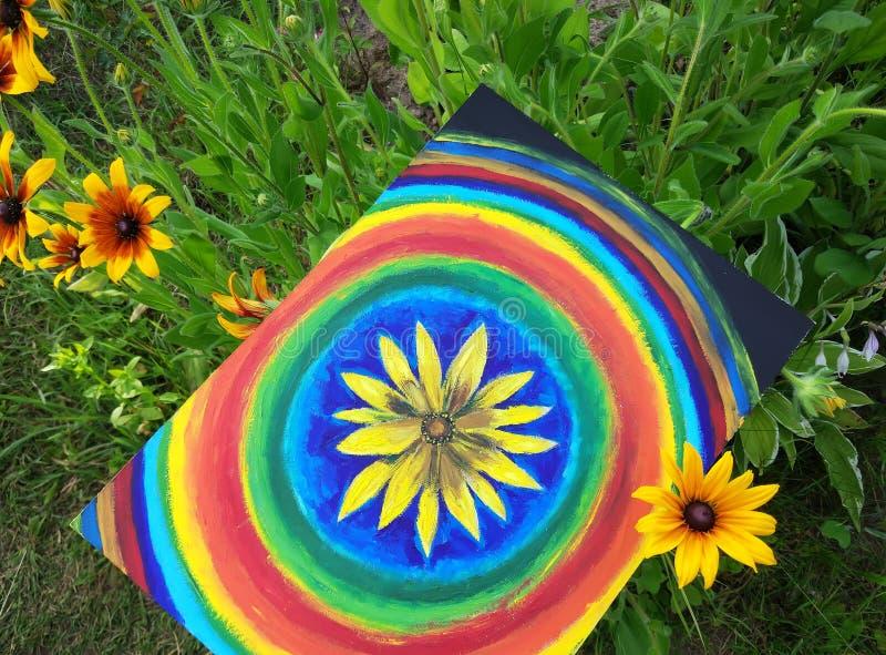 Abstrakte Malerei vom Öl auf Segeltuch im Sommerpark Gelbe Rudbeckiablumen- und -regenbogenkreise lizenzfreie stockbilder