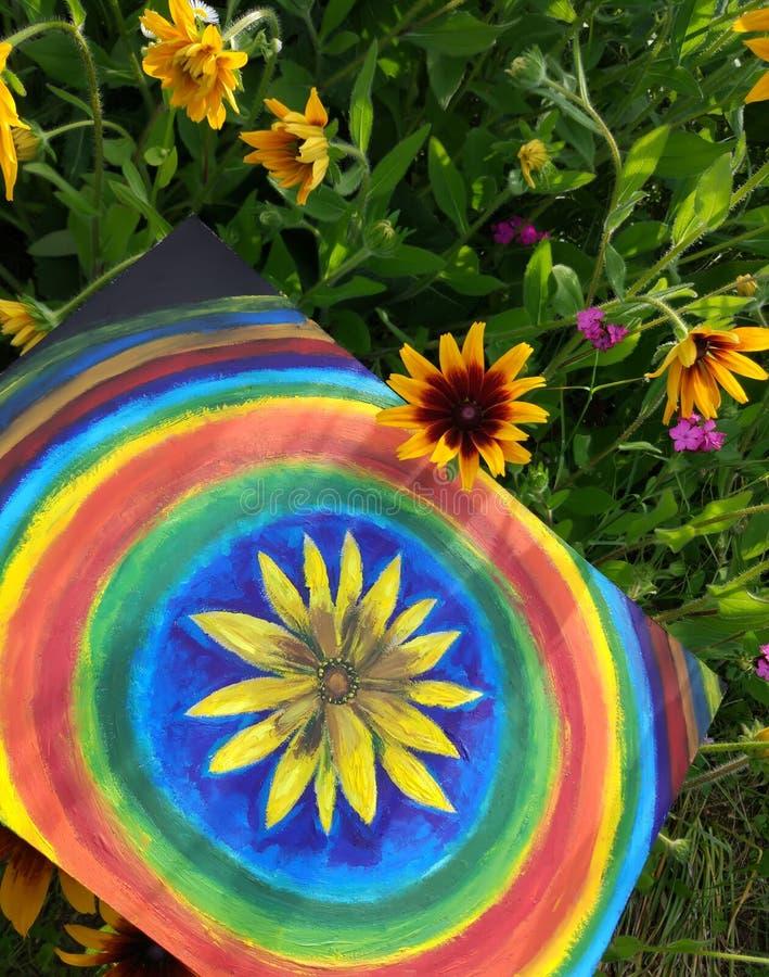 Abstrakte Malerei vom Öl auf Segeltuch im Sommerpark Gelbe Rudbeckiablumen- und -regenbogenkreise lizenzfreie stockfotografie