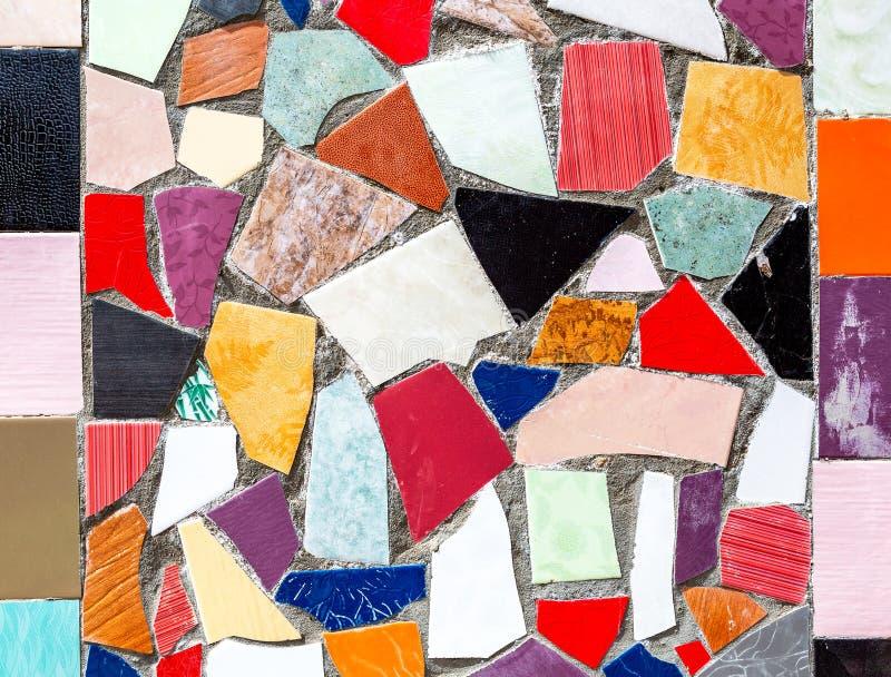 Abstrakte mehrfarbige Mosaikbeschaffenheit von defekten Keramikfliesen lizenzfreies stockbild