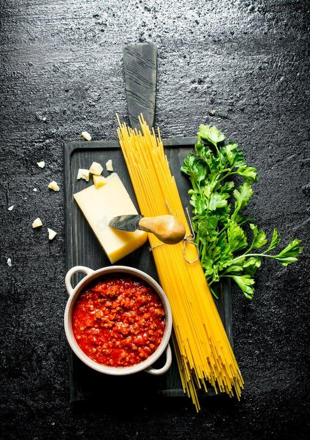 Abstrakte Nahrungsmittelbeschaffenheit Trockene Spaghettis mit So?e, Kr?utern, Tomaten und K?se von Bolognese lizenzfreies stockfoto