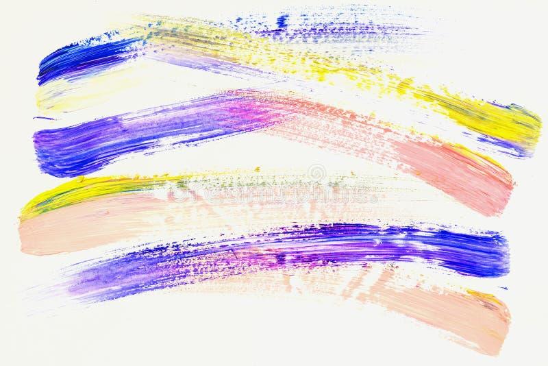 Abstrakte Pinsel-Anschläge Nahaufnahmefragment der handgemalten Acrylmehrfarbenmalerei auf Weißbuch, Veilchen, Gelb und lizenzfreie abbildung