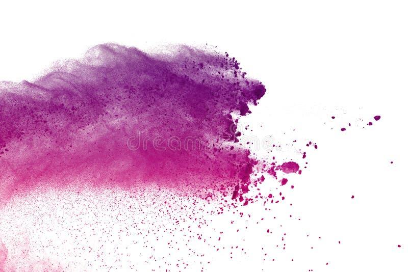 Abstrakte purpurrote Pulverexplosion auf weißem Hintergrund extrahieren Sie das farbige splatted Pulver, Frostbewegung des violet lizenzfreies stockfoto