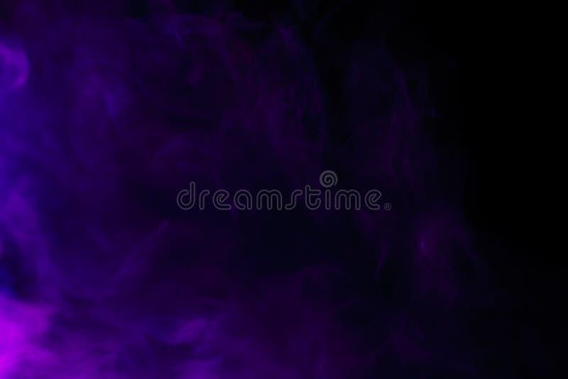 Abstrakte purpurrote Rauchhuka auf einem schwarzen Hintergrund lizenzfreie stockfotos