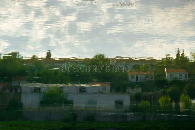 Abstrakte Reflexion von Landschaftshäusern stockfotos