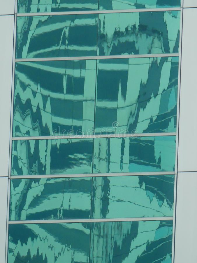 Abstrakte Reflexionen von Gebäuden stockfotos