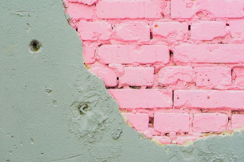 Abstrakte schöne Wand des grauen Zementes und der rosa Ziegelsteine Raue geschädigte schäbige Beschaffenheit mit gebrochenem Natü stockfotos