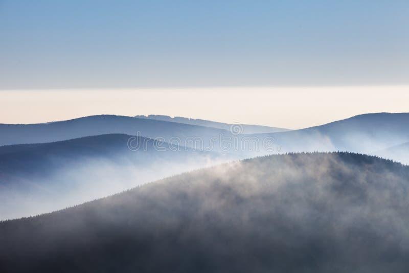 Abstrakte Schattenbilder von blauen Bergen lizenzfreies stockfoto