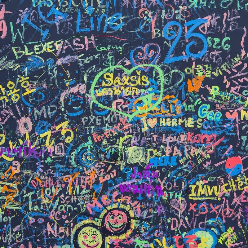 Abstrakte Schmutzcollage von Buchstaben Hintergrund und Beschaffenheit gezeichnet auf die Wand stockbilder