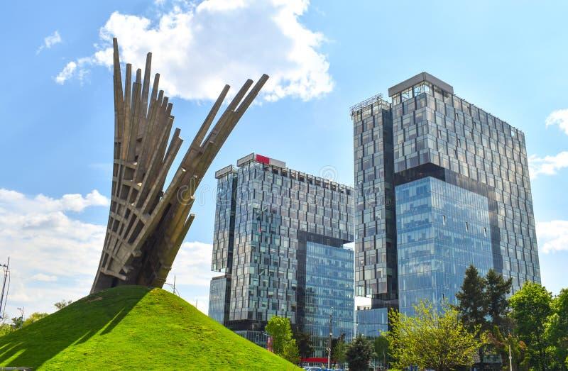 Abstrakte Statue vor den Stadt-Tor-Türmen, zwei Bürogebäude der Klasse A gelegen im Presse-Quadrat von Bukarest, Kapital von stockbilder