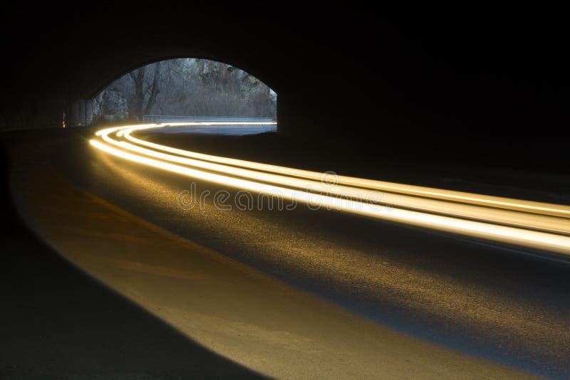 Abstrakte Strahlen des weißen und gelben Lichtes stockfoto