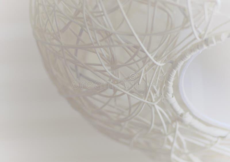 Abstrakte Tapete in der weißen Farbe mit Element der Weidendeckenleuchte lizenzfreies stockfoto