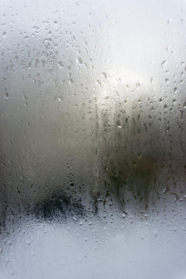 Abstrakte Tropfen des Regens auf Autofenster stockfotos