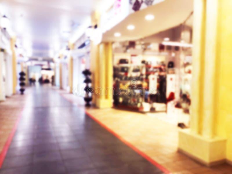 Abstrakte Unschärfe bokeh Lichter Luxuseinkaufszentrum und Kaufhausinnenraum Unscharfer Hintergrund mit Leuten im Einkaufszentrum stockbild