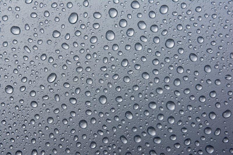 Abstrakte Wassertropfen auf einem silbernen Hintergrund Wassertropfen auf dunklem metaltexture lizenzfreie stockfotografie