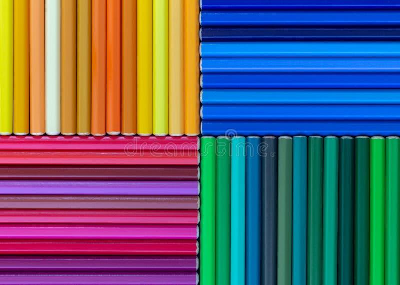 Abstrakte Zusammensetzung mit den hölzernen farbigen Bleistiften bunt lizenzfreies stockbild