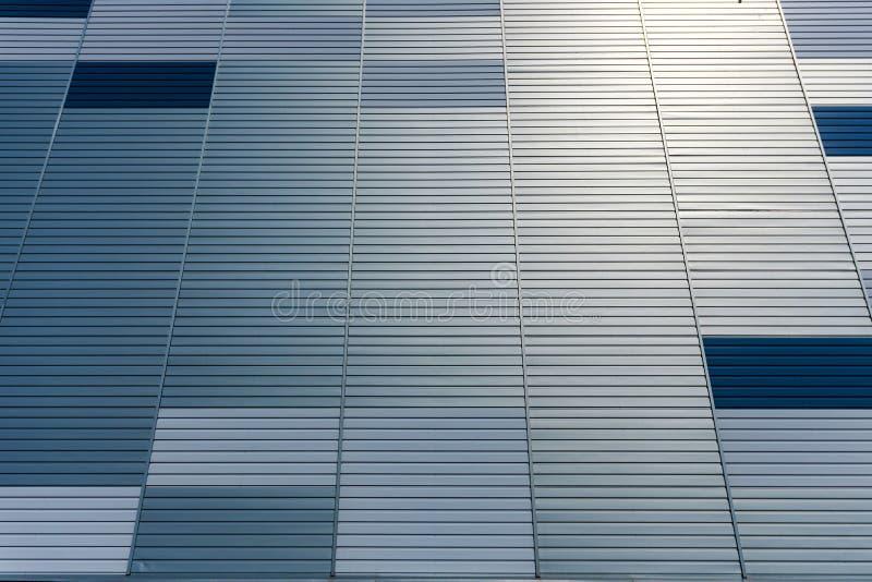 Abstrakter Architekturhintergrund von der modernen Gebäudefassade mit den blauen und silbernen Linien - Bild stockfoto
