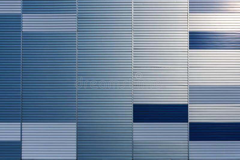 Abstrakter Architekturhintergrund von der modernen Gebäudefassade mit den blauen und silbernen Linien - Bild stockfotos
