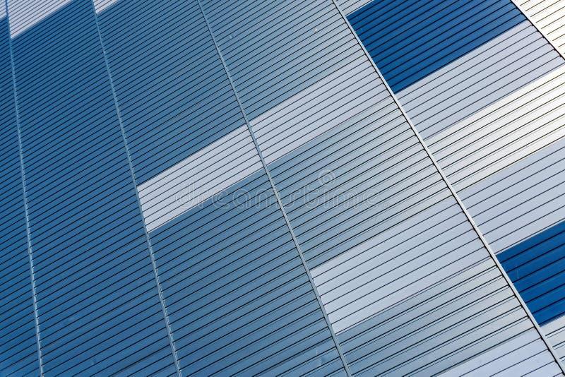 Abstrakter Architekturhintergrund von der modernen Geb?udefassade mit den blauen und silbernen Linien - Bild stockfotos