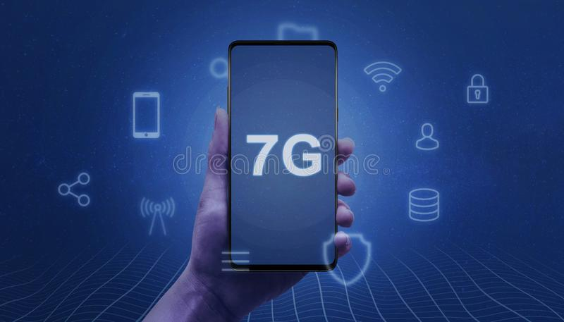 abstrakter Begriff des Netzes 7G Intelligentes Telefon in der Frauenhand mit Text 7G auf dem Schirm umgeben durch Service-Ikonen stockfotos