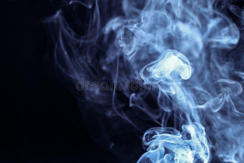 Abstrakter blauer Rauch auf schwarzem Hintergrund stockbilder