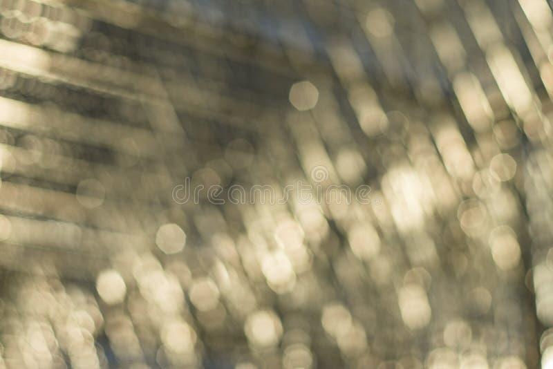 Abstrakter Hintergrund Champagne Bokehs aus Fokusedelstahlskulptur heraus lizenzfreies stockfoto