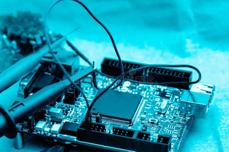 Abstrakter Hintergrund der Technik von bord der elektronischen Schaltung, oben geschlossen, Technik stockfoto