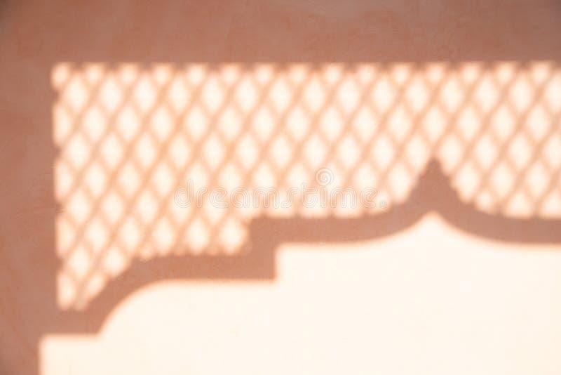 Abstrakter Hintergrund des Schattenpfostens und des Stahlgrills auf Pastell zu stockfotos
