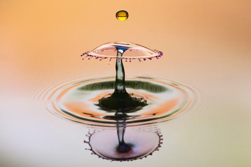 Abstrakter Hintergrund des Spritzens des Farbwassers, Zusammenstoß von farbigen Tropfen lizenzfreie stockfotografie