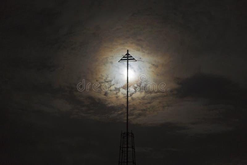 Abstrakter Hintergrund des Vollmonds steigend hinter Eisen-Beitrags-Schattenbild auf Torrey Pines Gliderport in San Diego stockbild