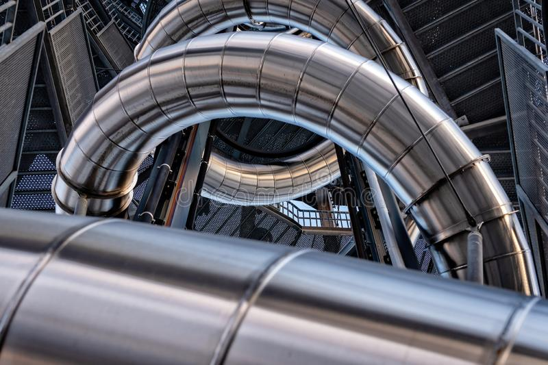 Abstrakter Hintergrund ein dreidimensionaler Metallrohrbau stockbilder