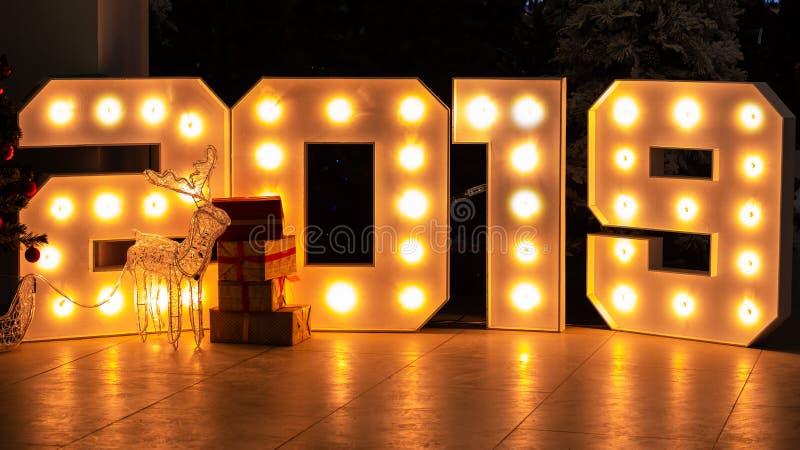Abstrakter Hintergrund für neues Jahr Tabellen 2019 bestehen helle Glühlampen Geschenkboxen in der Front stockfotografie