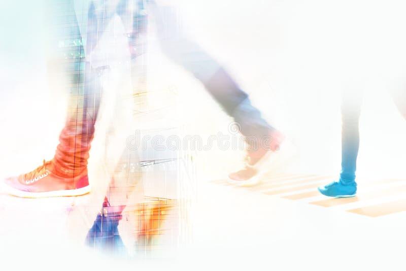 Abstrakter Hintergrund, Leutestraßenweg im Stadt-, weiche und Pastellfarbton stockfoto