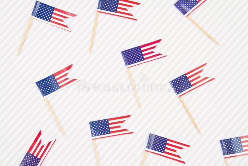 Abstrakter Hintergrund mit festlicher Tischdekoration mit Zubehör für amerikanische Flaggen Patriotismus, Urlaubskonzept stockbild